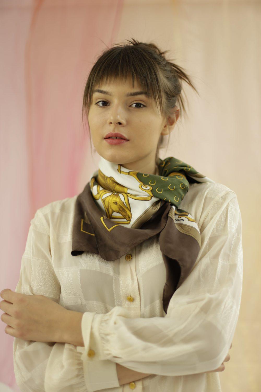 Foulard Céline Carré de soie, made in Italy, inspiration équestre, marron, blanc, vert jaune. Matière : 100% soie. Taille : Unique.