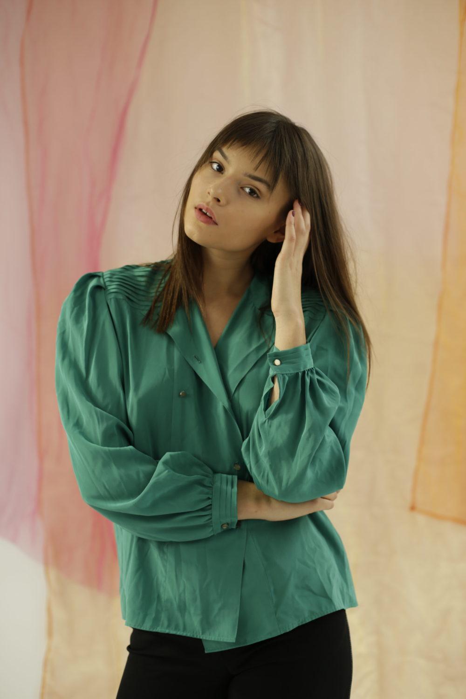 Chemise verte Plissée sur le devant, made in France, manches ballons.