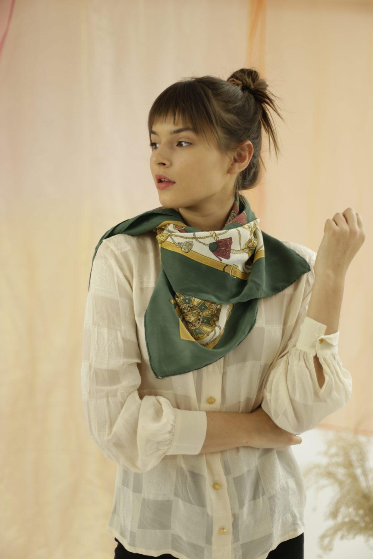 Foulard Christian Dior. Carré de soie, vert, bordeaux, crème, jaune