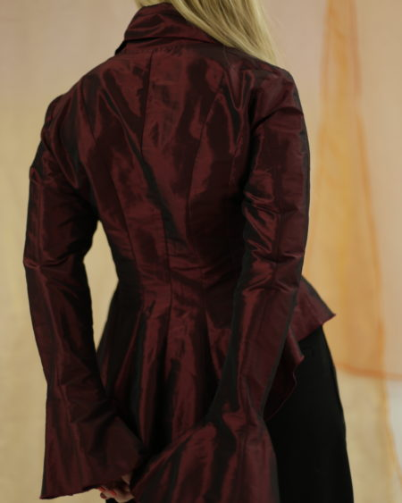 Blouse Naracamicie, bordeaux irisé, bas basque, zip sur le devant, col en pointe, made in Italy.