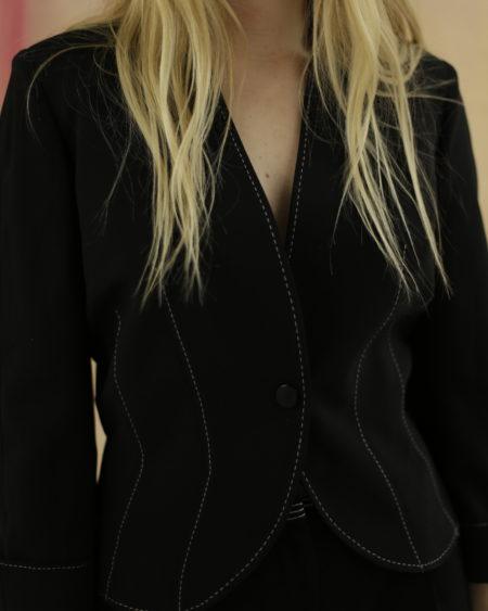 Veste Mugler Noir, coutures contrastantes, courte, fermeture par un bouton siglé. Matière : 100% polyester. Taille : 34. Couleur : Noir