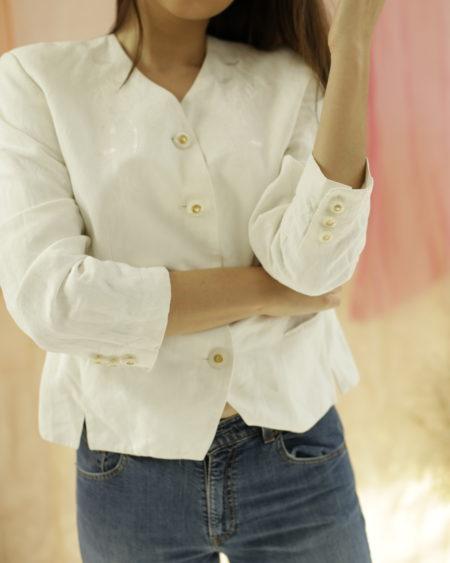 Veste Basler Blanche, brodée sur le devant, bouton irisé et or, épaulettes, doublée