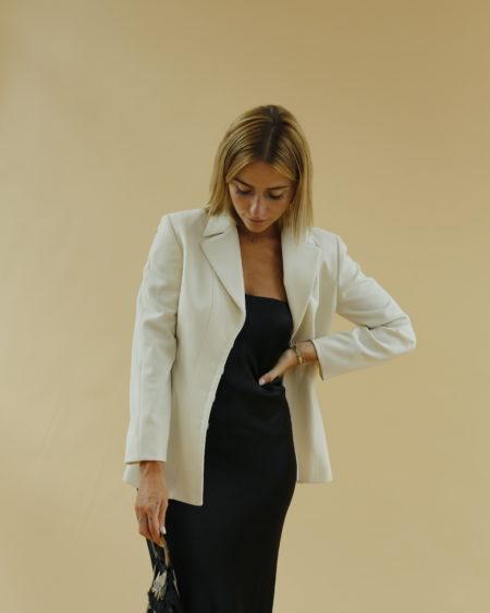 « Veste Cacharel blanc cassé » par Oldē Paris/ Peut se porter en journée et soirée. Cintrée à la taille. Cette pièce est Made in Italy
