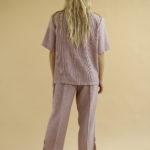 « Ensemble parme chemise et pantalon » par Oldē Paris Peut se porter en journée et en soirée Veste longue 2 poches à l'avant de la veste Pantalon carotte assez cintré