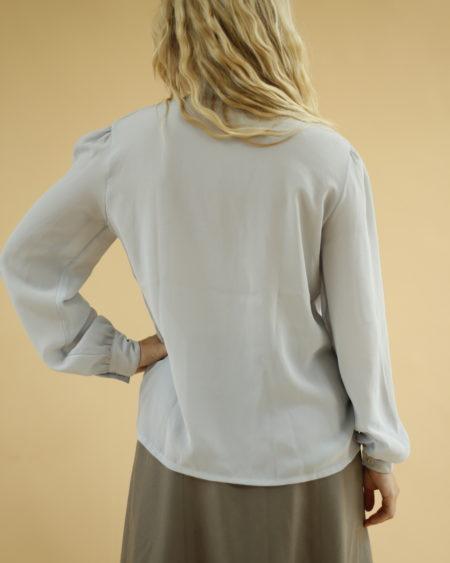 Chemise bleu gris à col mao » par Oldē Paris Journée Détail brodés sur le col, plus clair Manches avec des fronces Bouton de rechanges à l'intérieur Légèrement transparente