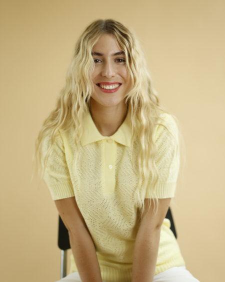 « Petit polo en laine jaune pâle » par Oldē Paris. Peut se porter en journée et soirée. Bouton à l'avant et resserré à la taille et aux manches
