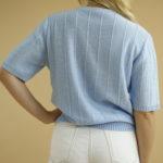 « Pull en laine bleu ciel » par Oldē Paris Peut se porter en journée et soirée Cette pièce est Made in France Détails sur le devant