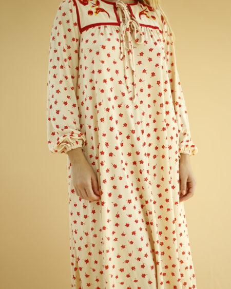 « Robe crème Virginie Paris » par Oldē Paris / Peut se porter en journée et soirée. Motif fleurs et manches ballons. Lien à nouer sur le devant