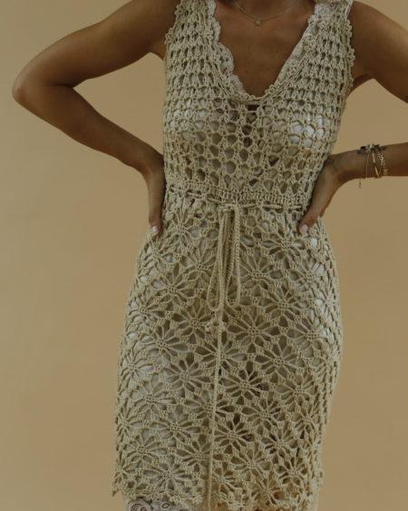 « Robe en crochet transparente » par Oldē Paris Peut se porter en Journée Perle sur les manches Lien pour nouer à la taille Il vous suffit de sélectionner votre taille habituelle pour cette robe
