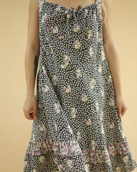 « Robe fleurie en coton » par Oldē Paris Peut se porter en Journée Se ressert à l'avant à l'aide d'un petit noeud Se termine sur des basques Fleurs rouge, blanche et noir