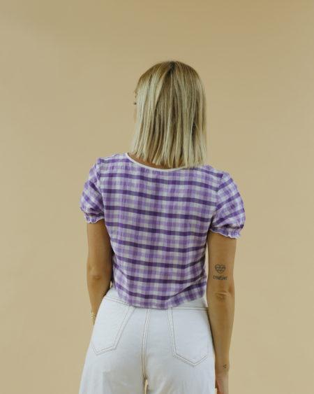 «Top vichy violet à manches courtes » par Oldē Paris Peut se porter en Journée et en Soirée Boutons légèrement irisés violet Il vous suffit de sélectionner votre taille habituelle pour ce top