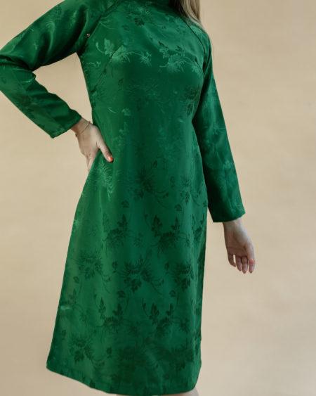 Robe chinoise verte et détails satinés