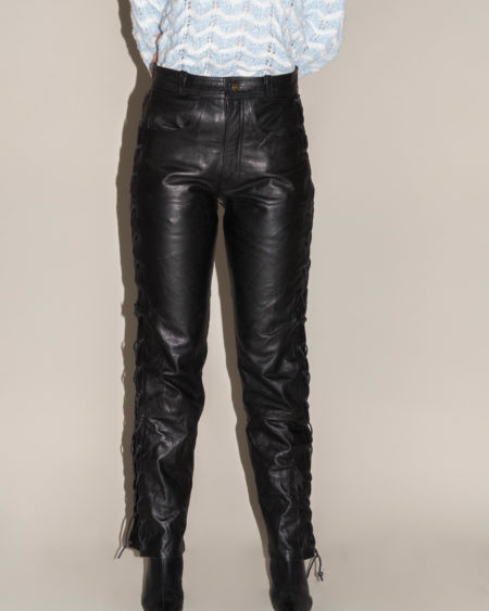Pantalon noir cuir lacet coté